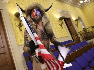 El hombre disfrazado de guerrero sioux que irrumpió en el Capitolio pidió el indulto de Trump
