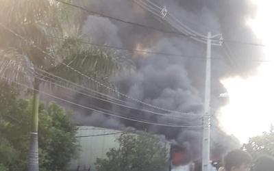 Incendio en fábrica de plásticos de Lambaré