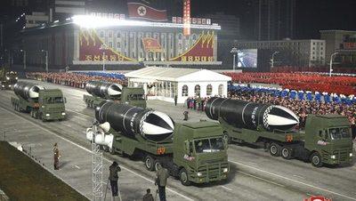 Corea del Norte mostró misiles en un desfile militar