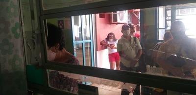 OFUSCADO E IMPACIENTE UN HOMBRE ROMPIÓ VENTANILLAS DEL HRE EXIGIENDO TURNO