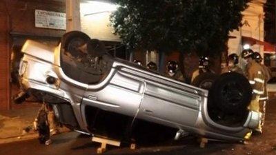 Detienen a mujer tras choque, vuelco de camioneta y huída