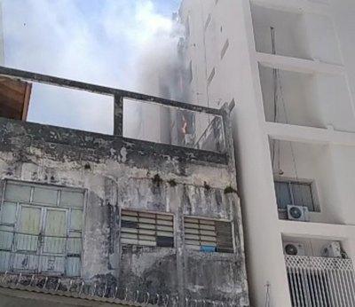 Crónica / (VIDEO) Se quema parte del edificio de la Vicepresidencia