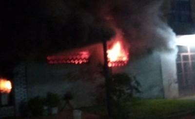 Incendio de gran proporción de una vivienda en el km 9 Akaray de CDE