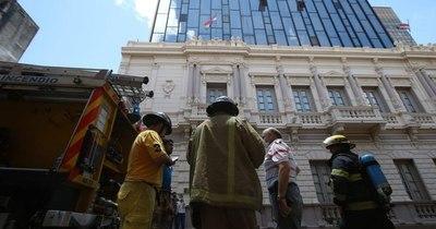 La Nación / Las llamas amenazaron tomar la Vicepresidencia