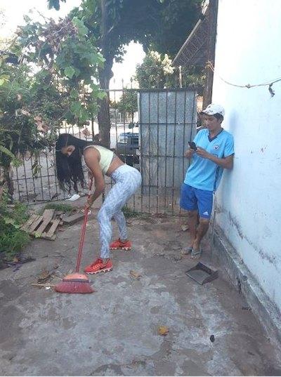 Crónica / ¡Modelo sorprendió con una limpieza a domicilio!