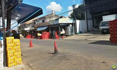 Venta de bebidas en plena calle de Luque •