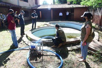 Combate al dengue: Comuna de Asunción interviene viviendas abandonadas