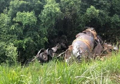 Conductor se salva luego de que su camión cayera en una pendiente