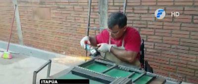 Quedó en silla de ruedas, se convirtió en artesano