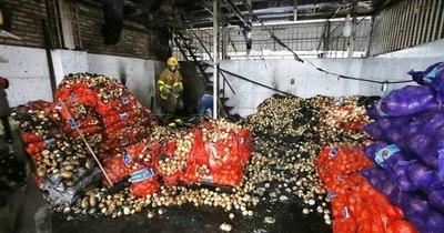 La Nación / Bomberos controlan incendio en el mercado de Abasto