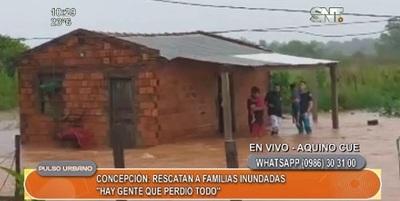 Rescatan a familias afectadas por inundación en Concepción