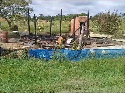 Denuncia que por discriminación quemaron su casa