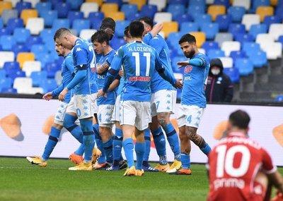 Napoli escala al tercer lugar con una goleada