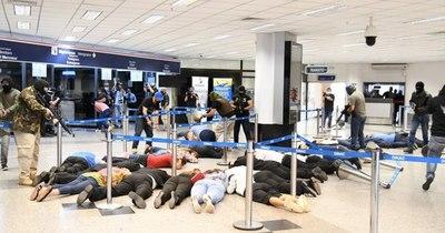 La Nación / Detienen a varios aliados del opositor Navalni en el aeropuerto de Moscú