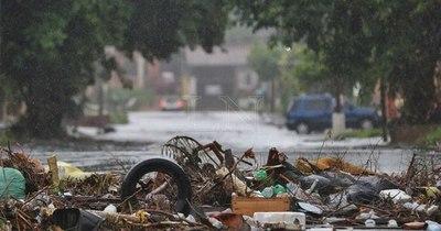 La Nación / Inconciencia ciudadana: basuras taponan los desagües pluviales
