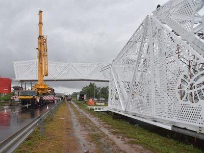 Montaje de otro tramo de criticado puente se suspende por lluvias