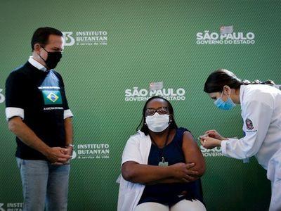 Una enfermera recibe la primera vacuna contra el Covid en Brasil