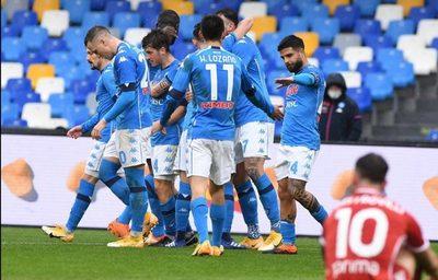 Nápoles humilla a Fiorentina y entra en puestos de Champions