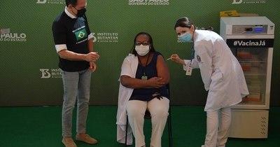 La Nación / Brasil aplica primera vacuna contra COVID-19 en medio de una guerra política