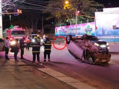 Resto de un semáforo colaboró en vuelco vehícular en Asunción