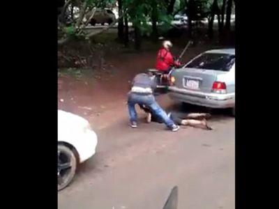 """Niño es brutalmente golpeado por comer una banana """"sin permiso"""""""
