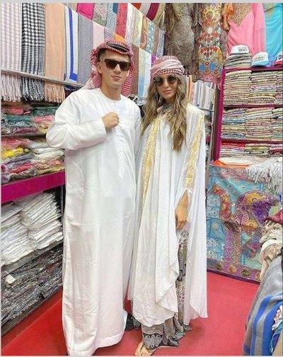 Crónica / ¡Pelotero y su novia modelo, con look árabe!