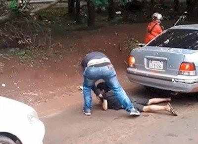 Crónica / Filman una garroteada a un menor en la calle