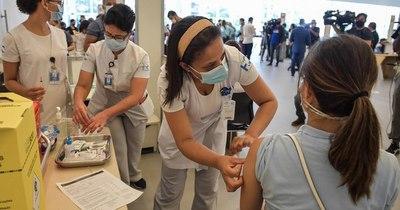 La Nación / Brasil empezó por fin a vacunar