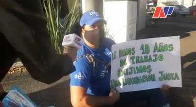 Ex empleados de Tigo se encadenan para exigir el pago de liquidación