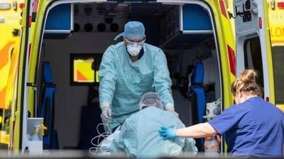 HOY / El Reino Unido alcanza su récord de muertes diarias por COVID-19