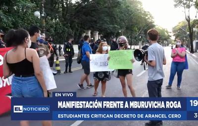 """Estudiantes se manifiestan por limitaciones en ley de """"Arancel Cero"""""""