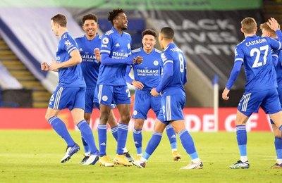 Leicester sube a lo alto a costa de un Chelsea que sigue cayendo