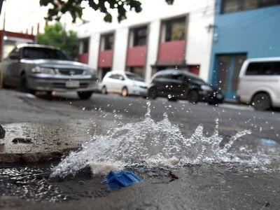 Caño roto pierde agua desde hace un mes en el microcentro