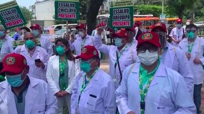 Médicos de Perú continúan huelga y protestas mientras crece la segunda ola