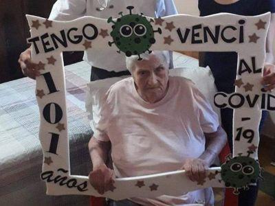 Abuela gua'i de 101 venció al COVID desde su propia casa