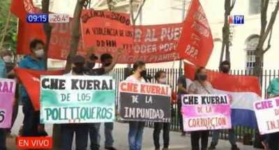 """Che kuerai"" Manifestantes repudian pasarela de oro en Ñu Guasu"