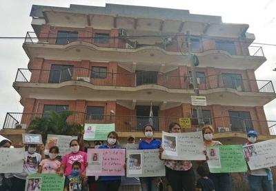 HOY / Familiares y amigos de Natalia Godoy, se manifiestan frente al Juzgado 1ra Instancia de Fernando de la Mora