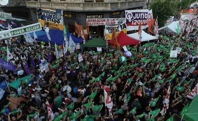 HOY / Argentina legaliza el aborto: fiesta en las calles