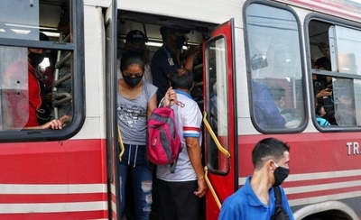 HOY / Buses van repletos y límite de 16 personas paradas es letra muerta