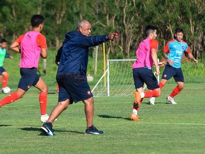 Francisco Arce espera otro atacante y un volante para reforzar el equipo