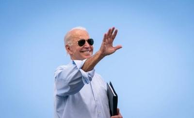 HOY / Joe Biden firma los primeros documentos como presidente de Estados Unidos