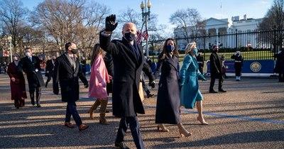 La Nación / Joe Biden entra caminando a la Casa Blanca