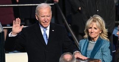 La Nación / Guantes de lana, falda y Biblia XXL: momentos inusuales de la investidura de Biden