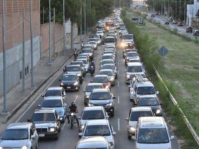 """Montaje de pasarela """"de oro"""" genera larga cola en avenida Ñu Guasu"""