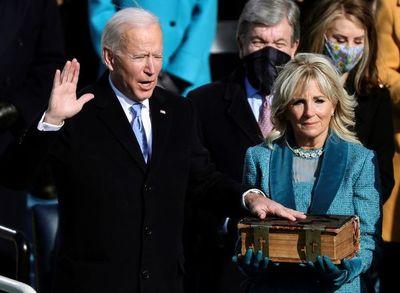 """Biden jura como presidente de EE.UU. y promete combatir """"extremismos"""""""