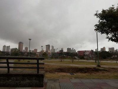 Jueves caluroso, muy húmedo y con lluvias dispersas