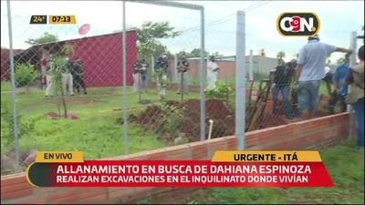 El padre de Dahiana Espinoza participa de la excavación