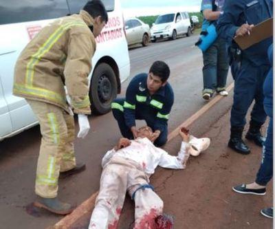 Motociclista sufre fracturas múltiples tras ser atropellado por tractocamión