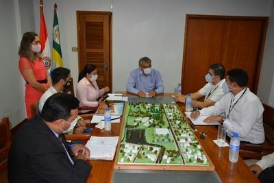 Piden apoyo a Itaipú para construir un auditorio en la UNE