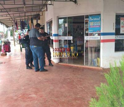 Cámara de seguridad capta el momento en que un delincuente ingresa a un local comercial